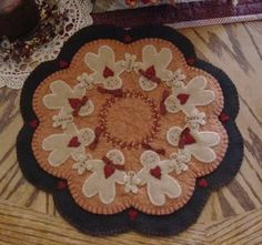 This Ginger Familygingerbread man Primitive penny rug/candle mat is just one of the custom, handmade pieces you'll find in our patterns & blueprints shops. Penny Rug Patterns, Wool Applique Patterns, Felt Applique, Print Patterns, Felted Wool Crafts, Felt Crafts, Mug Rug, Creation Couture, Penny Rugs