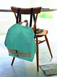 Hátizsákvarrás saját kezűleg: könnyű és szórakoztató! / Éva Magazin  Backpack DIY tutorial Rubrics, Accent Chairs, Sewing, Diy, Handmade, Crafts, Furniture, Home Decor, Pouches