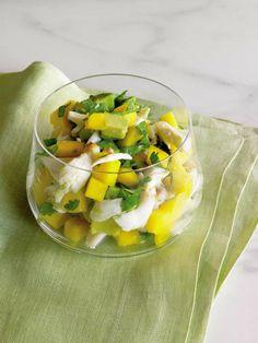 ensalada con mango, aguacate, pollo y perejil, propuestas para un menu de verano, cenas ricas y sencillas
