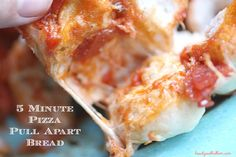 5 Minute Pizza Pull Apart Bread --- This easy pizza bread appetizer whips together in minutes. Pack it with all your favorite toppings. Appetizer Sandwiches, Bread Appetizers, Appetizer Recipes, Tailgate Food, Tailgating, Easy Homemade Pizza, Sports Food, Good Food, Yummy Food