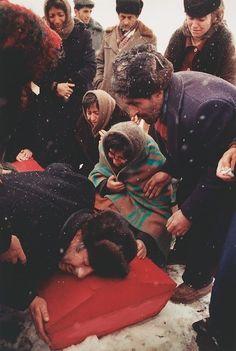 1988  Boris Abgarzian llora por su hijo de 17 años de edad, víctima del terremoto de Armenia. (David Turnley)