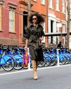 Cute trench coats for fall and spring Cool Street Fashion, Street Chic, Leather Trench Coat, Trench Coats, Best Workwear, Hands In The Air, Out Of The Closet, Vogue Magazine, Outfit Of The Day