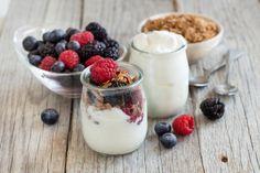 Healthy breakfast with fresh greek yogurt, muesli and berries. Benefits Of Eating Yogurt, Greek Yogurt Benefits, Muffins Fit, Yogurt Starter Culture, Greek Yogurt Recipes, High Protein Snacks, Muesli, Granola, Protein Snacks