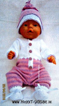 Baby born opskrifter 43 cm. Heldragt med striber og takker på midten ved overgang til helt hvid farve. hue og sokker til