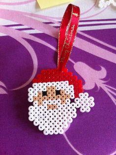"""Des perles hama à repasser pour fabriquer une décoration """"Père Noël"""" à suspendre au sapin"""