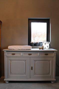 Gave antieke commode / dressoir geschilderd in een zachtgrijze kleur. Double Vanity, Cabinet, Bathroom, Storage, Furniture, Vintage, Home Decor, Clothes Stand, Washroom