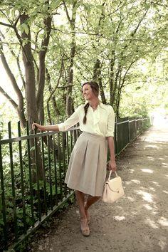 Tenue romantique avec une jupe rose et une blouse blanche complétée avec des sandales vieux roses à semelle compensée | Unisa | Brantano