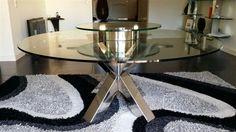 Table en inox poli miroir avec plateau en verre et petit plateau tournant sur le dessus.