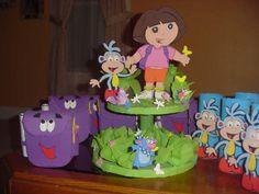 mesa de fiesta infantil | un arreglo de globos en forma de flores de colores