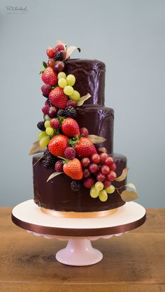 Learn how to make an easy chocolate wedding style cake with expert video tuition from top cake decorator Paul Bradford. Join now to access 100s of free lessons.