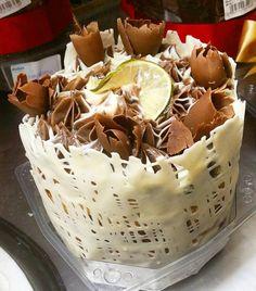 Chocotone trufado e decorado chocolate e limão. #natalpolos #natalgoiania #goiania #confeitariapolos  (em Polos Pães e Doces)