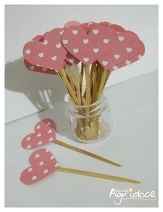 Kit com 20 toppers de corações rosa.