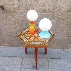 Lámparas de mesa rollo space age de los 60-70 y mesita de taracea de los años 50 #vintagelamps #vintagetable #50s #60s #70s