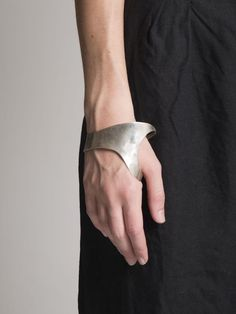 Silver Hand Cuff by Y / Project Contemporary Jewellery, Modern Jewelry, Jewelry Art, Silver Jewelry, Jewelry Accessories, Fashion Accessories, Jewelry Design, Fashion Jewelry, Silver Ring