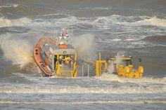 Reddingboot De Redder wordt gelanceerd in zee voor een inzet, door: Gert-Jan Onderwater