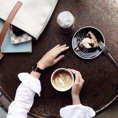 Kessara teams the Läder | Black with a crisp white shirt for effortless style.