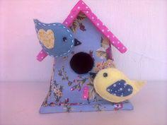 Casinha de passarinho em mdf, revestida em tecido e passarinhos em feltro, tudo feito a mão R$ 40,00