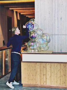 Public Art Nova London. Glass Bubbles. Iridescent effect. VERHOEVEN VERHOEVEN brothers Bubble Art, Hyperrealism, Dutch Artists, Memento Mori, Father And Son, Public Art, Iridescent, Storytelling, Nova