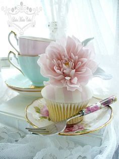queenbee1924:  Dahlia Cupcake | My Cup Runneth Over ❤ | Pinterest)