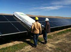 Un robot que limpia paneles solares  Para que los paneles fotovoltaicos rindan de manera eficiente es necesario limpiarlos periódicamente.   Este diseño creado por un grupo de estudiantes del Instituto Tecnológico de California fue uno de los tres ganadores del primer premio que otorga el Departamento de Energía de los E.E.U.U. para nuevos proyectos dentro de las energías renovables.