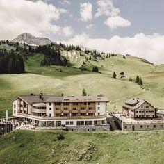 """Liebe Gäste, liebe Freunde des Goldenen Bergs!〽️ Das Warten hat bald ein Ende. Am 25.06.2021 begrüßen wir Sie alle wieder bei uns am Energieplateau Oberlech, diesem wunderbaren Ort der Entspannung und Selbstfindung. Natürlich leben wir noch in besonderen Zeiten und benötigen daher auch besondere Maßnahmen: 〽️ Für die Einreise nach Österreich benötigen Sie den """"Grünen Pass"""" welchen Sie mit einem gültigen Nachweiß erhalten. PCR-Tests haben eine Gültigkeit von 72 Stunden, Antigen-Tests von 48… Mansions, House Styles, Home Decor, 72 Hours, Natural Life, Love Girlfriend, Finding Yourself, Waiting, Summer"""