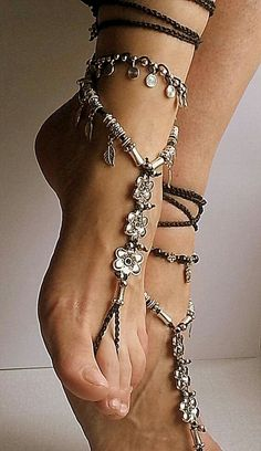 Barefoot sandals with tibetan silver flowers Boho wrapped ankle Jewelry for the feet Bohemian style anklet.Love how these barefoot sandles look on feet. Ankle Jewelry, Body Jewelry, Feet Jewelry, Cz Jewellery, Jewelry Necklaces, Punk Jewelry, Jewelry Holder, Bohemian Mode, Bohemian Style