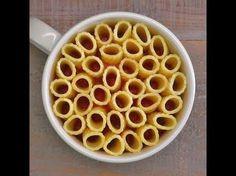 Elle ajoute des pâtes dans une grande tasse! On imagine un repas de célibataire... En fait, ses invités sont très impressionnés! - Trucs et Bricolages