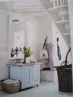 Volver a pintar el mueble de la entrada de blanco, un cesto de mimbre...