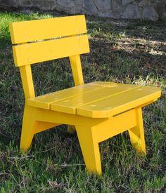 Silla de madera pintada color amarillo tractor Metal Patio Furniture, Wood Pallet Furniture, Recycled Furniture, Custom Furniture, Wood Pallets, Furniture Design, Wooden Chair Plans, Chair Design Wooden, Wooden Stools