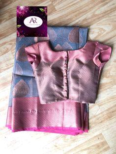 🌸Sstun Crepe saree with designer blouse🌸 . New Saree Blouse Designs, Saree Jacket Designs, Simple Blouse Designs, Stylish Blouse Design, Kurta Designs, Blouse Styles, Designer Blouse Patterns, Crepe Saree, Cotton Saree