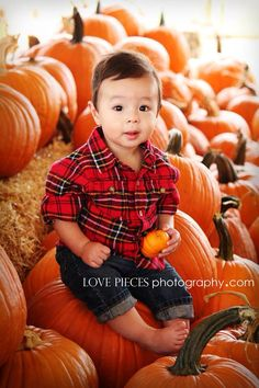 Pumpkin patch, kids pumpkin patch pictures, pumpkin patch photography ideas, fall portraits, holiday picture ideas www.lovepiecesphotography.com