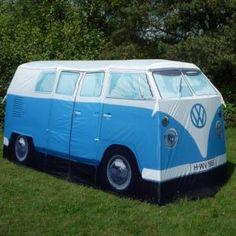 Beinahe jeder kennt und liebt sie: die Volkswagen T1- und T2-Camper, die legendären Busse aus den sechziger Jahren, die zum campieren benutzt wurden. Sie würden es jedoch übertrieben finden sich einen anzuschaffen? Jetzt gibt es eine prima Alternative: ein Zelt im Look des heißgeliebten Camping Busses.