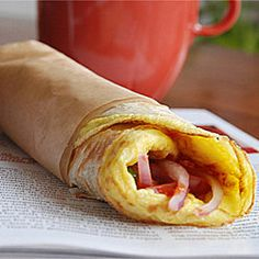 Kolkata Egg Roll -- quick and easy version of the very popular street food from Calcutta. Make your own with Malaysian Paratha or Tortilla i Indian Snacks, Indian Food Recipes, Ethnic Recipes, Egg Paratha, Mini Rolls, Bengali Food, Egg Rolls, Brunch Recipes, Street Food