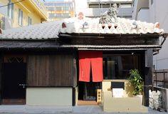 沖縄旅行中に一度は味わっていただきたいのが「沖縄そば」。県内には数えきれない程の沖縄そば屋さんがありますが、一度の旅行で食事ができる回数は限られていますから、お店選びは慎重にしたいところです。2003年に名護(なご)市で創業し、現在は沖縄そ Okinawa, Foods, Outdoor Decor, Life, Home Decor, Food Food, Food Items, Decoration Home, Room Decor