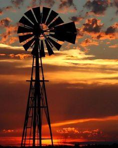 Windmill with a beautiful sunset Amazing Sunsets, Beautiful Sunset, Beautiful Farm, Farm Windmill, Windmill Decor, Western Saloon, Old Windmills, Sunset Silhouette, Silhouette Art