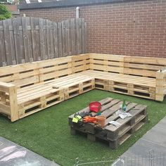 Outdoor Pallet Furniture DIY wooden pallets outdoor furniture protected with an angled armrest on the ends. The post Outdoor Pallet Furniture appeared first on Pallet Diy.