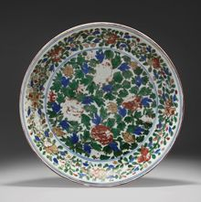 A large Wucai porcelain dish, China, Ming Dynasty, Wanli mark and period (1573-1620) | EXPERTS ARTS D ASIE : CHINE - JAPON - SUD-EST ASIATIQUE Philippe DELALANDE