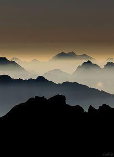https://flic.kr/p/ehzgnn | photo Mollier Guillaume / photo paysage de montagne / brume matinal couleur café | que dire ? si Naturelle, mais tellement spécial aussi un matin tôt au loin ces montagnes et cette brume.Rare, une ambiance fabuleuse !!