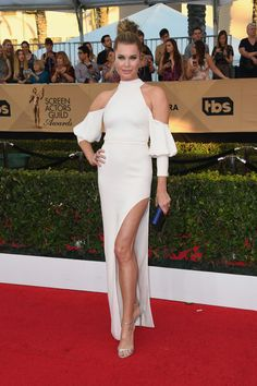 Rebecca Romijn at the 2017 SAG Awards in a dress that looks like the slutty version of Natalie Portman's Dior Couture Maternity Gown. If she ditched the sleeves, it would be fine. Rebecca Romijn, Hollywood Fashion, Hollywood Style, Celebrity Red Carpet, Celebrity Style, Cold Shoulder Gown, Bad Fashion, Gown Photos, Sag Awards