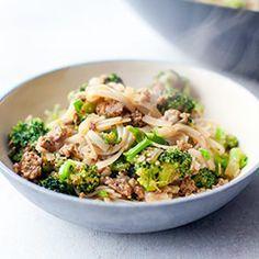 Makaron ryżowy smażony z brokułami i drobiowym mięsem mielonym | Kwestia Smaku