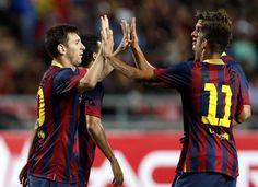 RUN94 BANGKOK (TAILANDIA) 07/08/2013.- El futbolista argentino del FC Barcelona Lionel Messi (i) celebra con sus compañero Neymar (d) un tanto marcado durante un partido amistoso que el equipo disputó