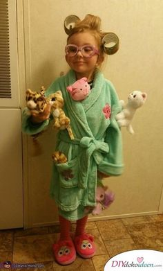 Stephanie: My 4 year old daughter Ava Grace dressed as the Crazy Cat Lady. She i… Stephanie: My 4 year old daughter Ava Grace dressed as the Crazy Cat Lady. She is an avid cat lover! We used a bathrobe and slippers we already had. We attached… Costume Halloween Maison, Halloween Costume Contest, Halloween Party, Sister Halloween Costumes, Halloween Makeup, Easy Diy Halloween Costumes For Women Last Minute, Zombie Makeup, Christmas Costumes, Halloween Christmas