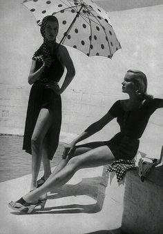 Polka dot umbrella, dotty, black and white, Harper's Bazaar 1952 by Toni Frissell Foto Fashion, 1950s Fashion, Fashion History, Beach Fashion, Fashion Models, Glamour Vintage, Vintage Beauty, Harpers Bazaar, Looks Vintage