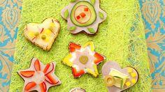 Da isst das Auge mit! Verschiedene Canapes mit Schinken, Salami und Camembert | http://eatsmarter.de/rezepte/verschiedene-canapes