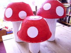 how to make toadstools from newspapers... the result. I love it! i'm so doing these ones