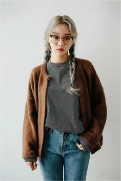 (Lily) Minimal casual, high-rise jeans, brown large cardigan, grey shirt, with round glasses and silver hair Korean Fashion Trends, Asian Fashion, Look Fashion, Winter Fashion, Girl Fashion, Fashion Outfits, Fashion Design, Fashion Ideas, Korea Fashion