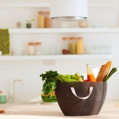 In der Zero Waste Küche feiert der Einkaufskorb sein Revival. Holistic Wellness, Wellness Tips, Organic Recipes, Vegan Recipes, Organic Food Shop, Community Supported Agriculture, Buy Local, Farmers Market, Serving Bowls