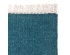 Der Teppich Manu aus Wolle und Baumwolle mit Fransen ist in den Größen 60x120, 140x200, 170x240, 200x300 und 80x80 cm erhältlich. Verfügbar in 11 verschiedenen Farben.