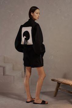 Claudia Li Pre-Fall 2019 Fashion Show Collection: See the complete Claudia Li Pre-Fall 2019 collection. Look 6 Arty Fashion, Star Fashion, World Of Fashion, Autumn Fashion, Fashion Deals, Fashion Brands, Vogue Paris, Claudia Li, Style Photoshoot