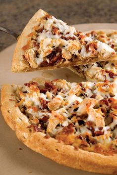 This teriyaki chicken pizza recipe from Paula Deen is perfect for kid-friendly family suppers. Ingredients include prebaked pizza crust, teriyaki sauce, cooked chicken and bacon. Prep time is about 10 minutes and cooking time is 10 minutes at 425 °F. Paula Deen, Teriyaki Chicken, Teriyaki Sauce, Empanadas, Chicken Pizza Recipes, Chicken Bacon, Cooked Chicken, Recipe Chicken, Table D Hote